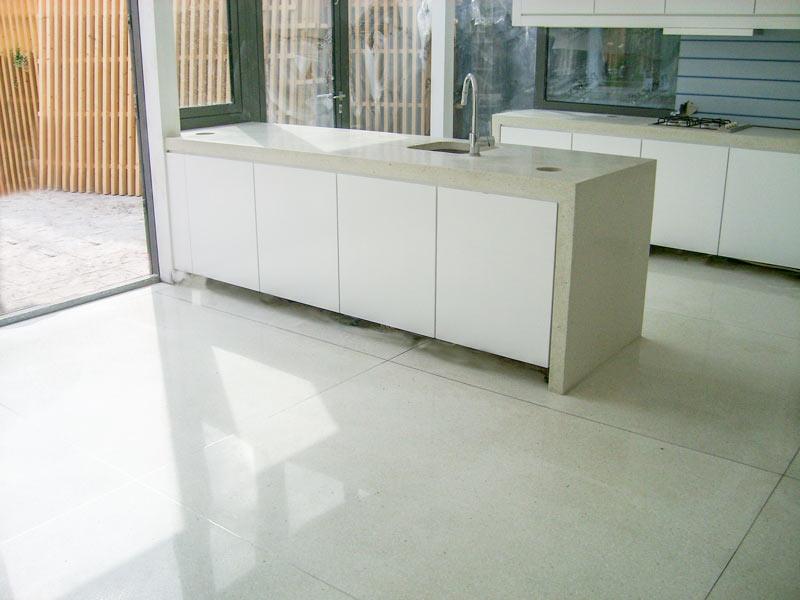 Prachtige keuken met terrazzovloer in gebroken wit