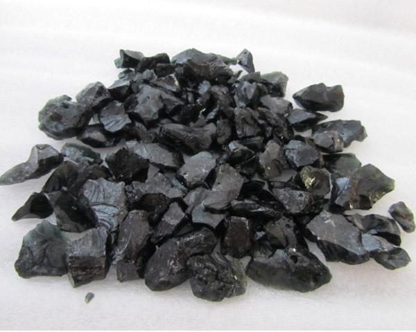 Zwart gerecycled zwart glas op witte achtergrond van Midland Stone