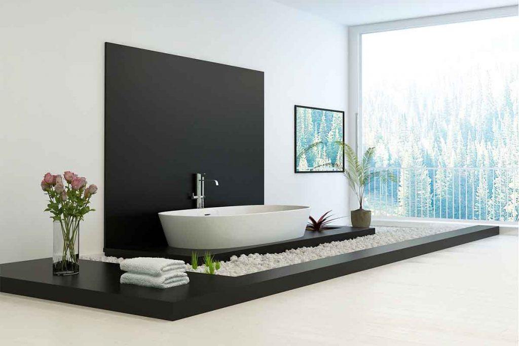 Decoratieve witte kiezelstenen rondom een badkuip.