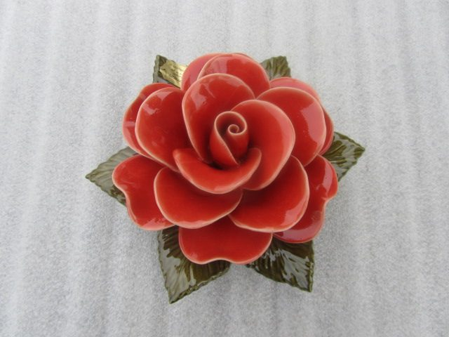 Koraalrode keramieken roos voor graven. 17 cm