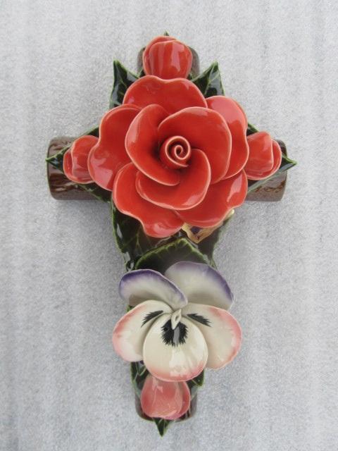 Keramieken kruis met vergeet-me-nietjes en koraalrode roos voor graven