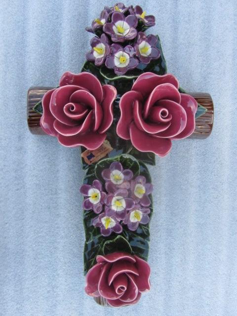 Keramieken kruis met vergeet-mij-nietjes en rode rozen 40 cm