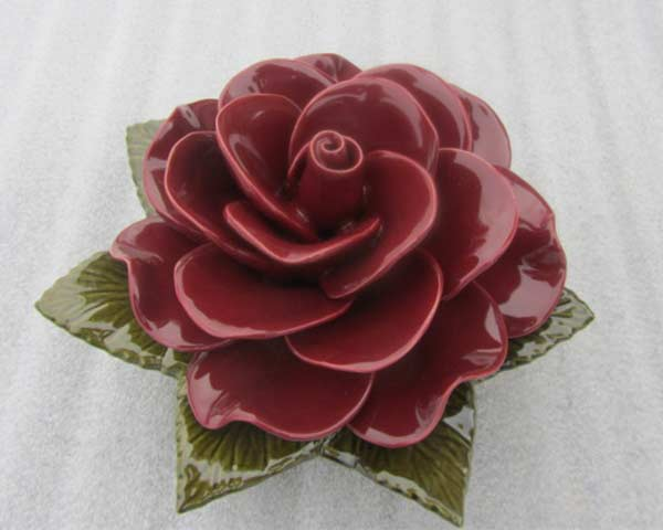 Donkerrode keramieken roos