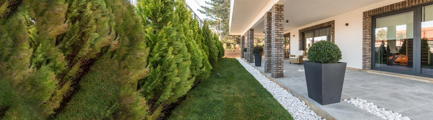 Modern home outdoor patio with large white pebble boarder